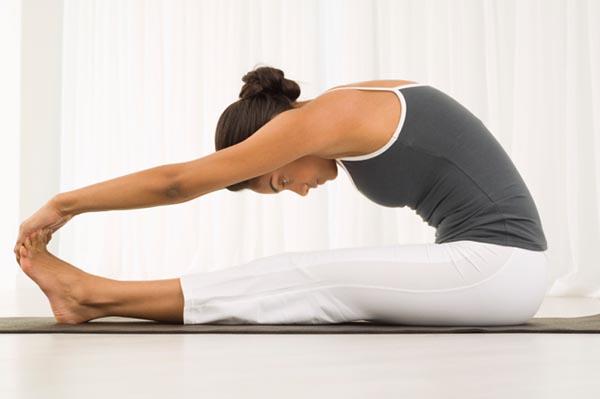 Поза йоги наклон вперед сидя
