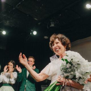 В киевском театре вместо профессиональной актрисы на сцену вышла 70-летняя бабушка